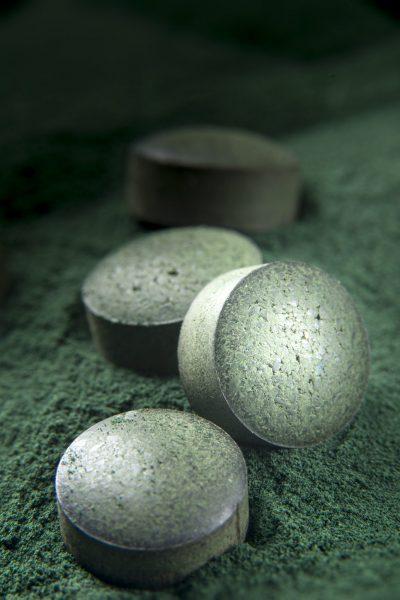 spirulina-tablets-and-powder-P2L5FUS
